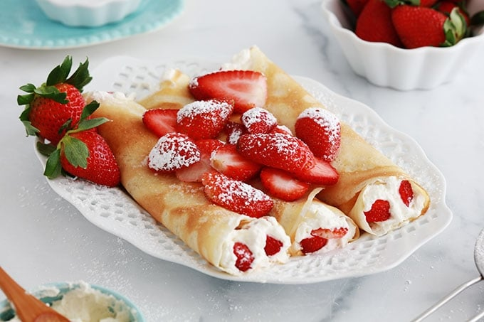 Crepes roulees creme chantilly fraises