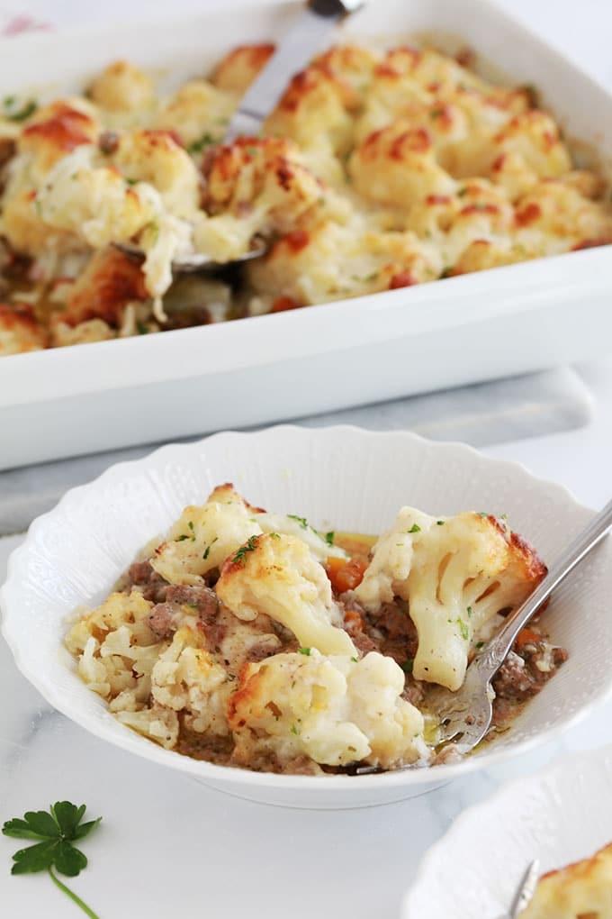 Gratin de chou fleur viande hachee sauce bechamel dans une assiette et plat à gratin