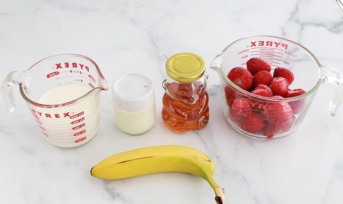 Ingredients smoothie - fraise banane yaourt lait miel