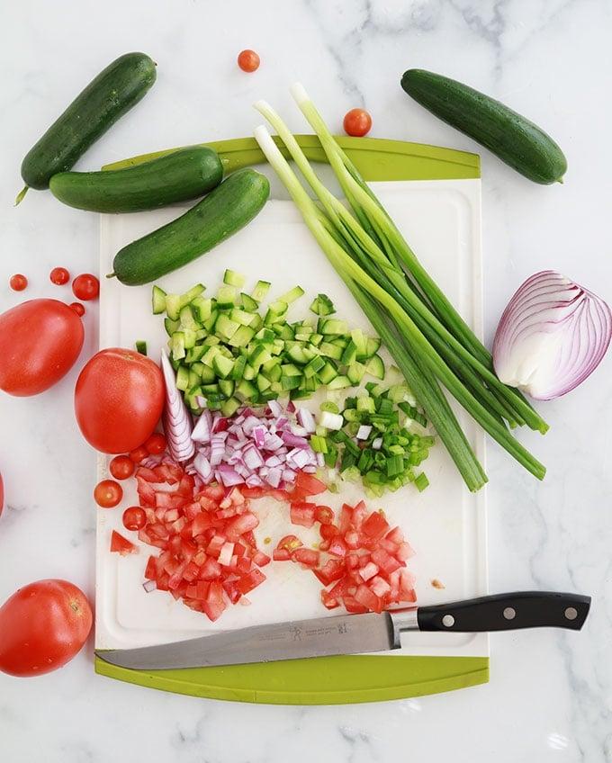Couper les legumes tomates concombre oignons rouge et vert
