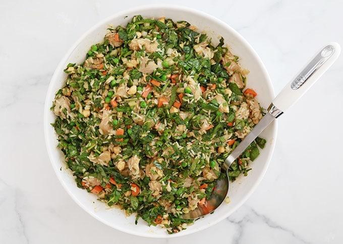 Melanger tous les ingredients riz poulet legumes epices herbes huile d'olive