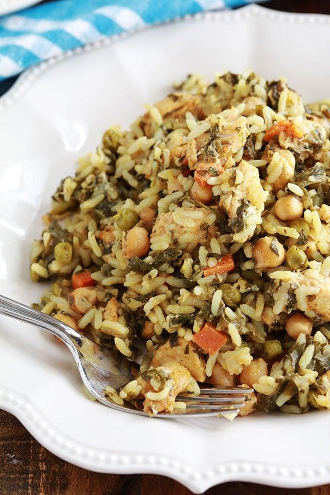 Dans un plat de service du riz cuit à la vapeur tunisien poulet legumes (rouz jerbi tounsi)