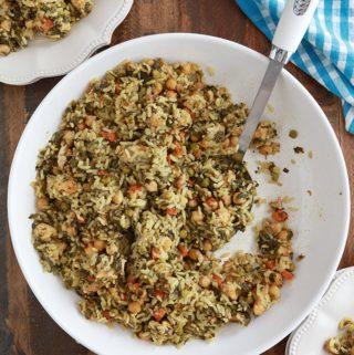 Dans un grand plat de service du riz cuit à la vapeur tunisien poulet legumes (rouz jerbi tounsi)