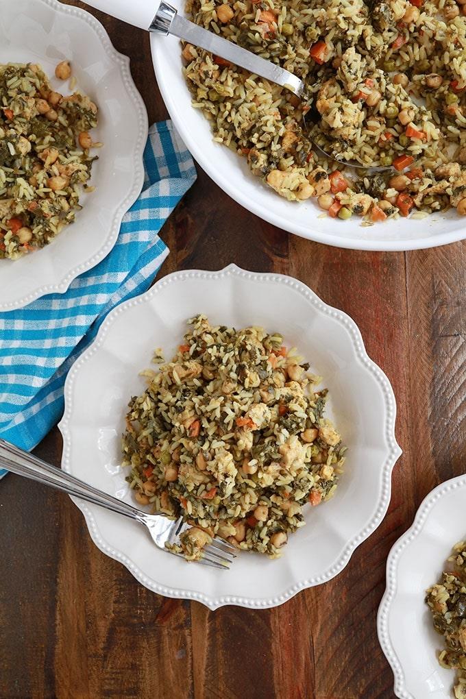 Dans un grand plat et des assiettes de service du riz cuit à la vapeur tunisien poulet legumes (rouz jerbi tounsi)