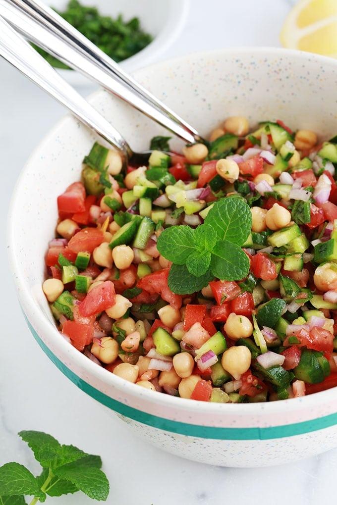 Salade de pois chiches parfumée à la menthe dans un bol