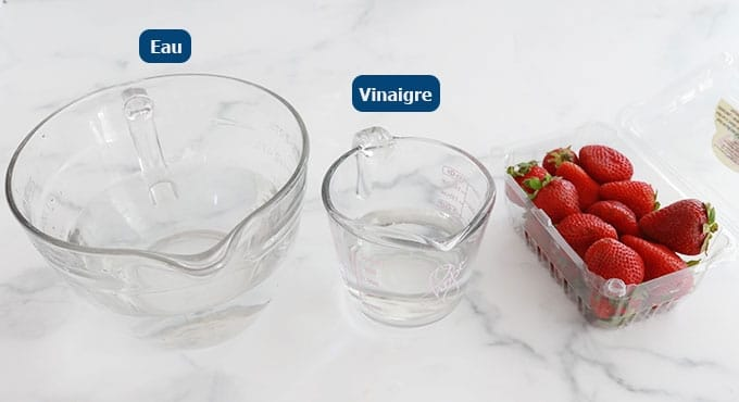 Eau vinaigre et fraises fraîches dans une barquette