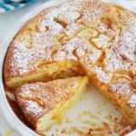 Clafoutis abricots amandes en poudre dans un moule à tarte