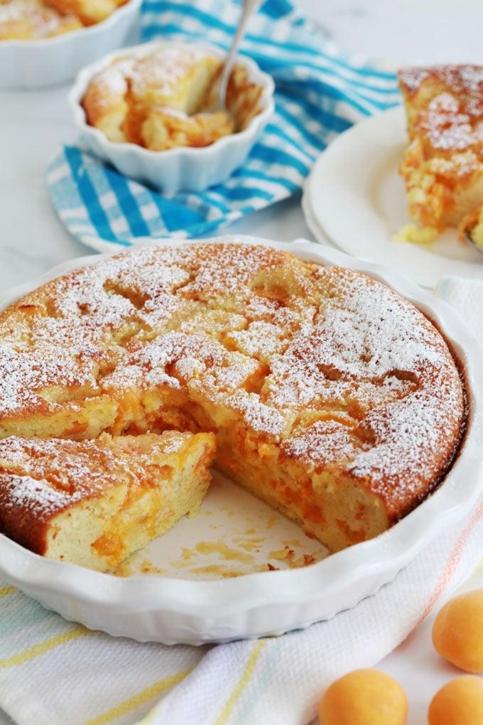 Clafouti abricots amandes en poudre dans un moule à tarte et petits moules à tartelettes
