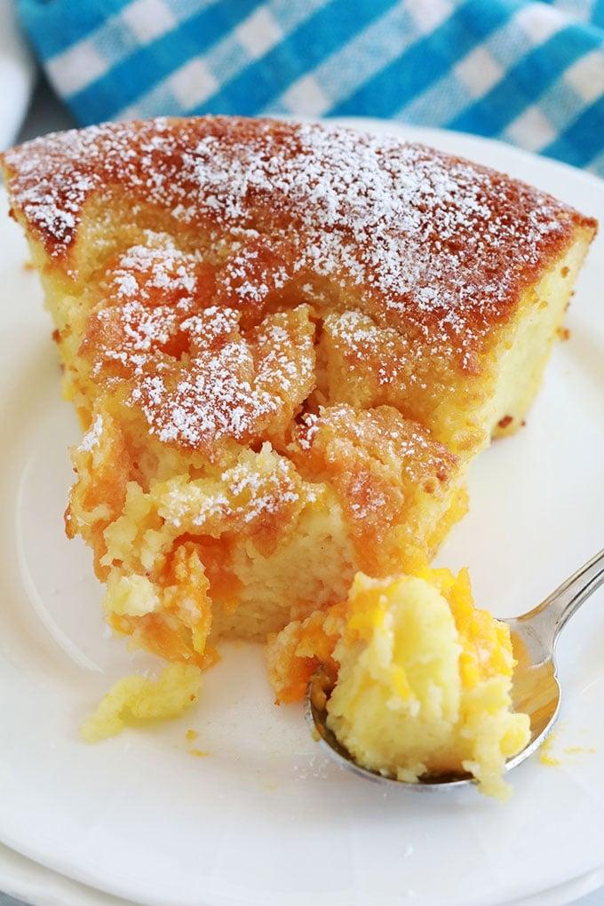Morceau de clafoutis d'abricot et amande en poudre dans une assiette avec une boule de glace vanille