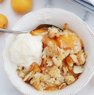 Crumble abricots frais amandes et boule de crème glacée dans un bol