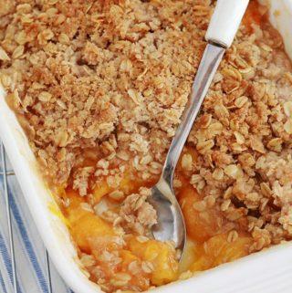 Crumble aux abricots et flocons d'avoine cuit dans un plat à gratin
