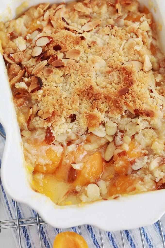 Crumble abricots frais amandes dans un plat