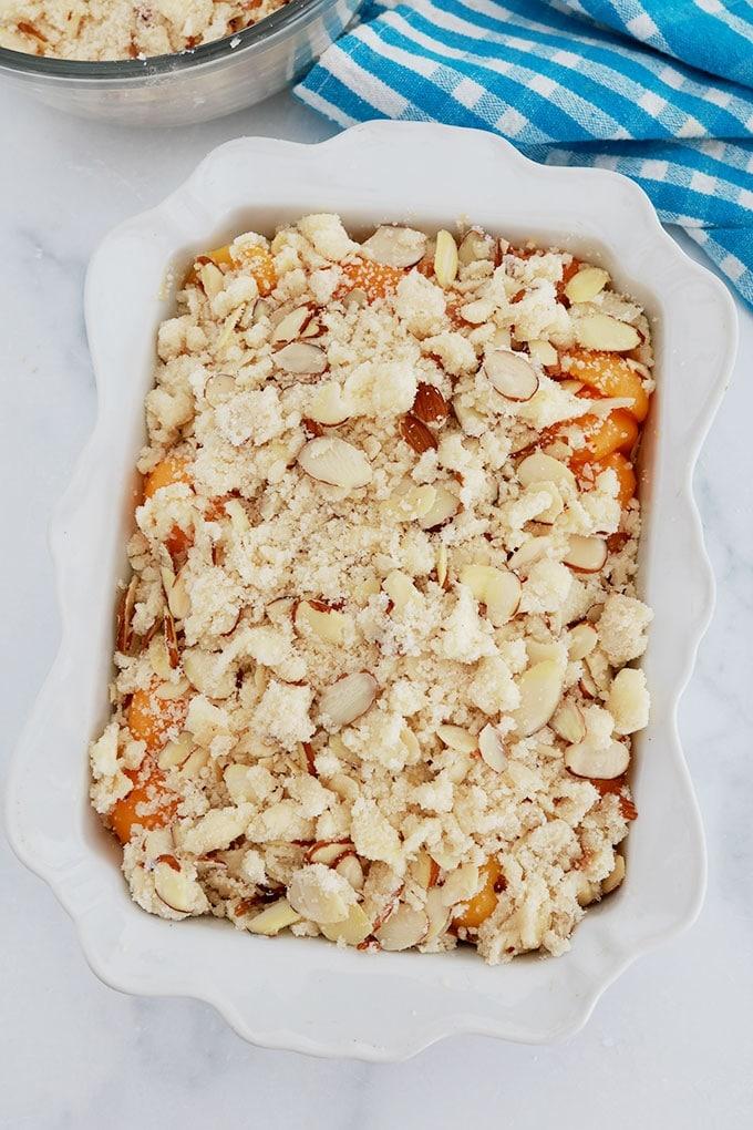 Crumble abricots amandes dans un plat avant cuisson