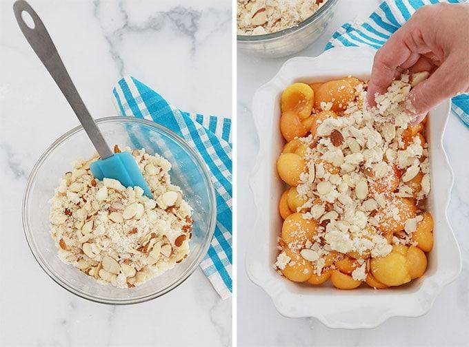 Pâte à crumble aux amandes dans un bol et pâte à crumble parsemée sur une garniture d'abricots frais dans un plat allant au four