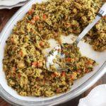 Riz aux légumes cuits à la vapeur servi dans un grand plat (pois chiches, épinards, petits pois, carottes, oignons, ail, épices, huile d'olive)
